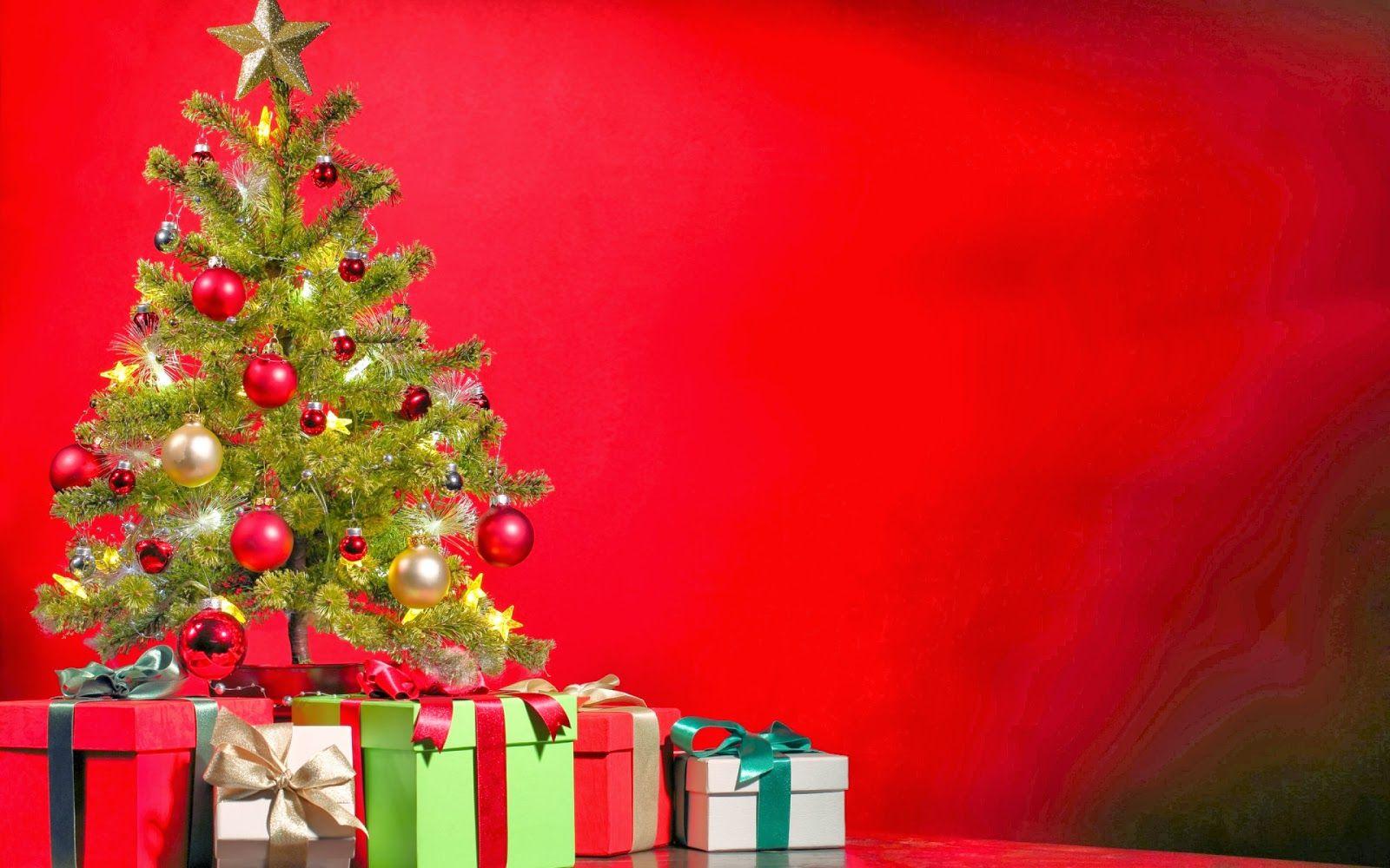 Arbol de navidad y regalos sobre fondo rojo la casa grande - Arbol de navidad con regalos ...